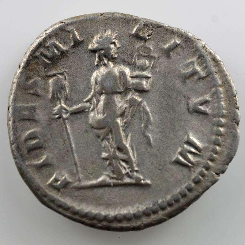 R/ FIDES MILITVM  (Rome 219)    TB+/TTB